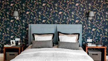 Największą ozdobą sypialni jest wyrazista tapeta, którą oklejono jedną ścianę. Uwagę zwracają również praktyczne poduchy zawieszone na wezgłowiu - gdy się ubrudzą, łatwo można je zdjąć do prania.