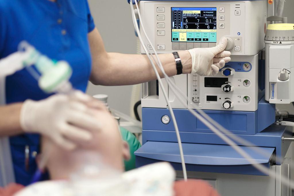 Anestezjolog monitoruje stan pacjenta w znieczuleniu ogólnym,