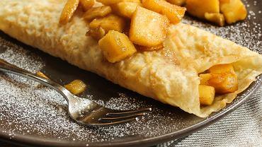 Naleśniki z jabłkami to doskonałe danie zarówno na obiad, jak i na kolację (zdjęcie ilustracyjne)
