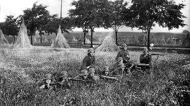 Niemcy na stanowisku bojowym podczas III powstania śląskiego. Widoczni na zdjęciu ochotnicy noszą niemieckie mundury oraz hełmy i są wyposażeni w karabiny maszynowe MG 08/15 i Maxim pochodzące z wojskowych magazynów. W czasie plebiscytu na Górnym Śląsku nie stacjonował żaden niemiecki oddział wojskowy, jednak Berlin potajemnie zbroił oddziały ochotników.