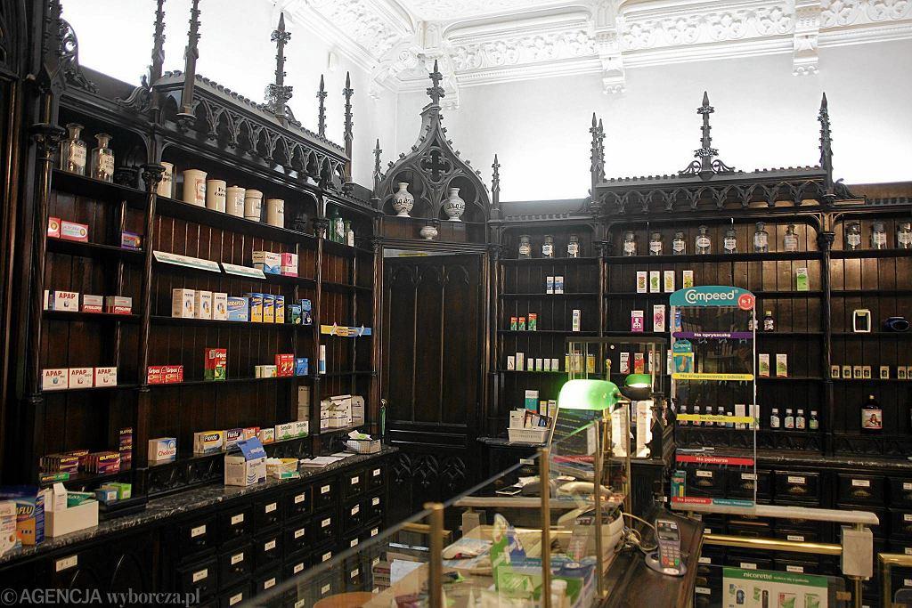 Wnętrze apteki na rogu Nowego Światu i Smolnej z charakterystycznymi zabytkowymi meblami