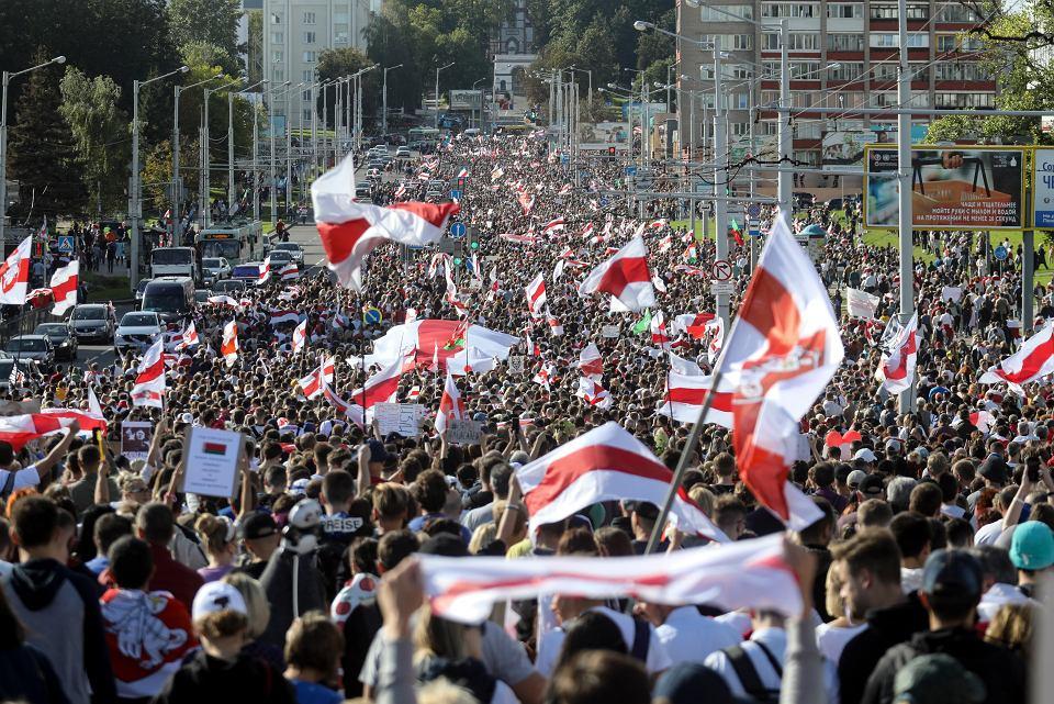 Według białoruskich władz w dzisiejszym proteście bierze udział zaledwie trzy tysiące osób. Niezależni dziennikarze mówią ostrożnie o 'kilkudziesięciu tysiącach'