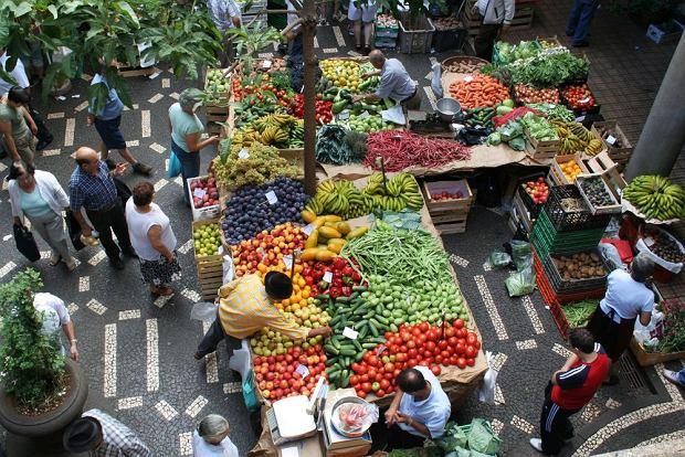 Targi na Maderze przez cały rok kuszą wyborem świeżych warzyw i owoców. Na zdjęciu zakupy na targu w Funchal / fot. Shutterstock