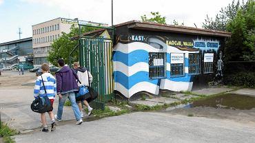 Kasa biletowa przed olsztyńskim stadionem (maj 2011 r.)