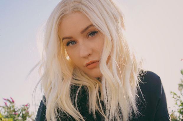"""Christina Aguilera pojawiła się z rodziną na premierze animacji Tima Burtona """"Rodzina Adamsów"""". Uwagę przyciąga mroczna stylizacja gwiazdy oraz jej makijaż."""