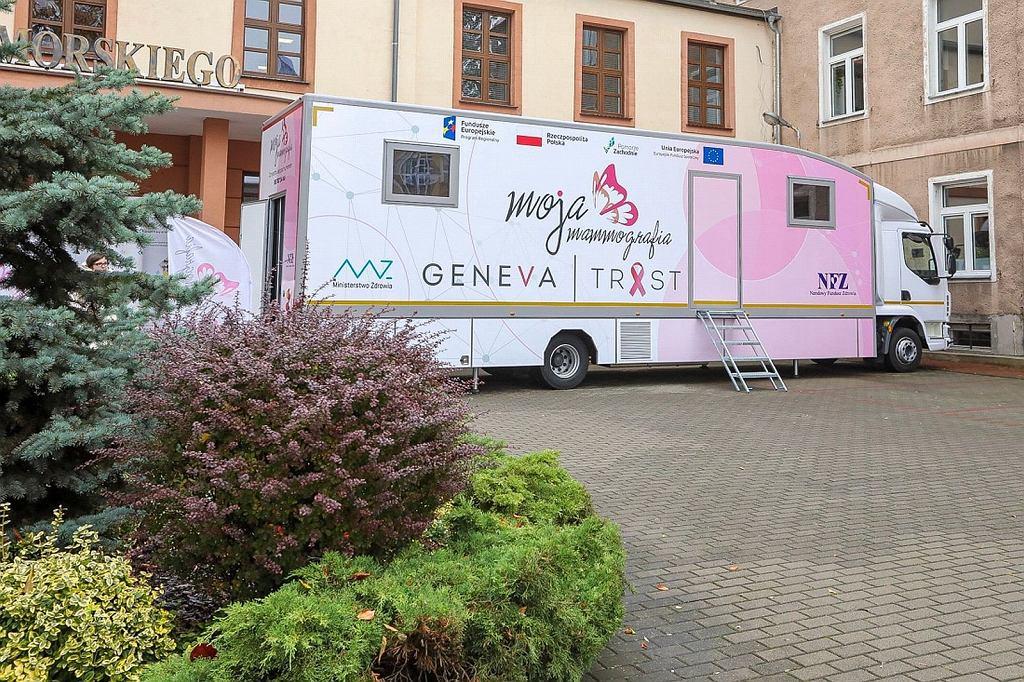 Nowy mammobus przed siedzibą Urzędu Marszałkowskiego