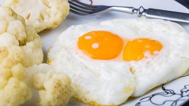 Genialny trik, który sprawi, że smażone jajka będą jeszcze lepsze. Użyj śmietanki.