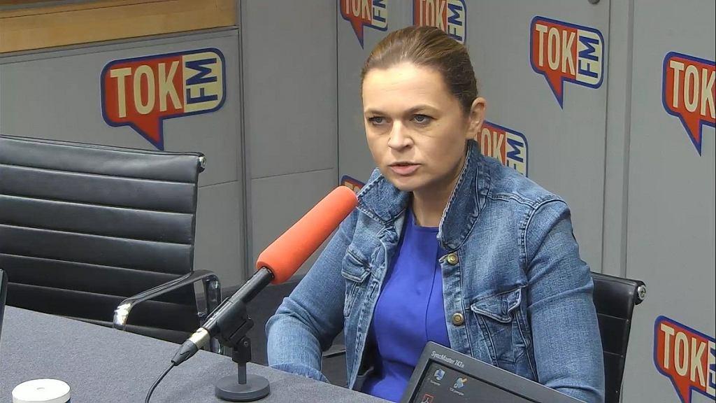Barbara Nowacka w studiu radia TOK FM.