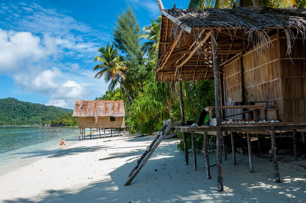 2Nipa,Bamboo,Huts,At,The,White,Sand,Beach,With,Palm
