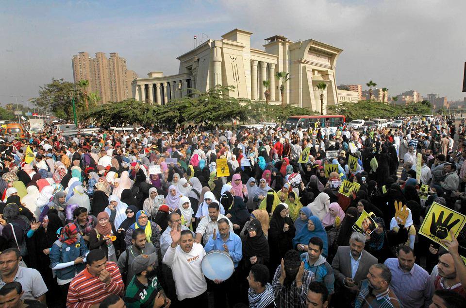Bractwo Muzułmańskie, z którego wywodzi się Mursi, odpiera zarzuty. Twierdzi, że zwolennicy prezydenta bronili pałacu, a starcia wywołali jego przeciwnicy.