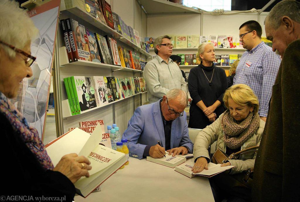 Antoni Piechniczek podpisuje biografię na Śląskich Targi Książki w Międzynarodowym Centrum Kongresowym w Katowicach