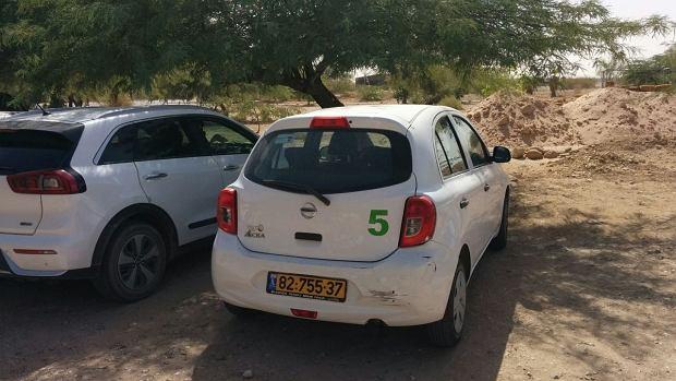 Samochody należące do kibucu są własnością wspólną. Mają dobrze widoczne numery. Kto chce skorzystać z auta musi je sobie zarezerwować w specjalnej aplikacji.