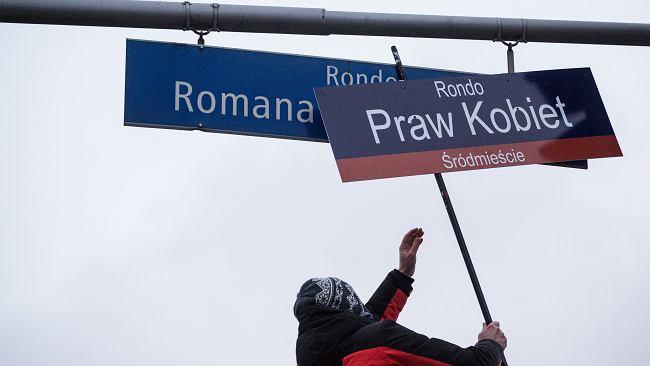 Protest w Warszawie. Rondo Dmowskiego przemianowane. Zawisła nowa tabliczka