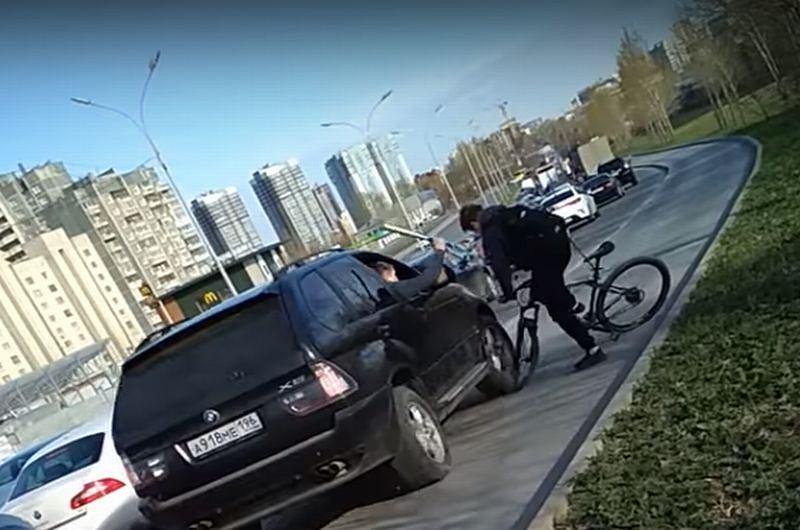 Kierowca BMW na ścieżce rowerowej