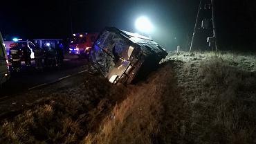 Urwane koło ciężarówki uderzyło w przednią szybę autokaru w Turze
