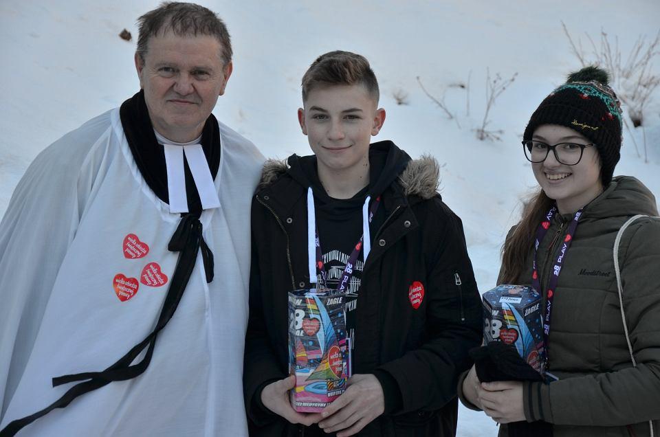 Ksiądz Jan Byrt z wolontariuszami WOŚP