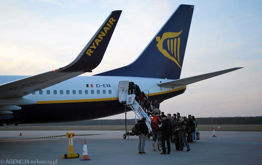 Samolot w barwach taniej linii Ryanair na lotnisku we Wrocławiu, 3 kwietnia 2013