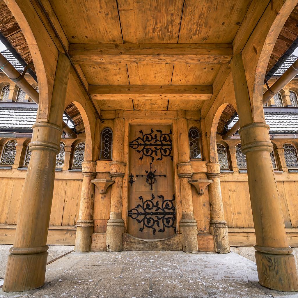 Wejście do XII-wiecznej, drewnianej świątyni zVang, którą przeniesiono wSudety w 1842 roku