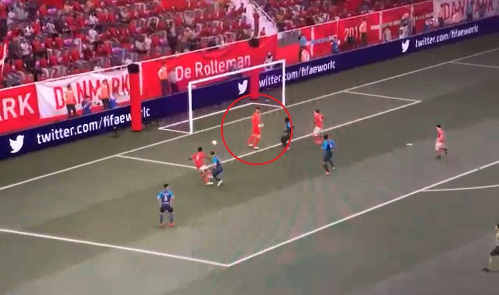 Zrzut ekranu z akcji, w której Courtois tylko stał