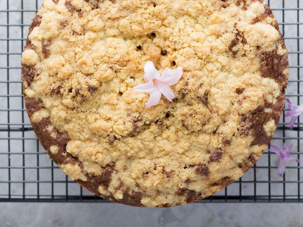 Ciasto drożdżowe z kruszonką jest ulubionym wypiekiem wielu gospodarzy domu.