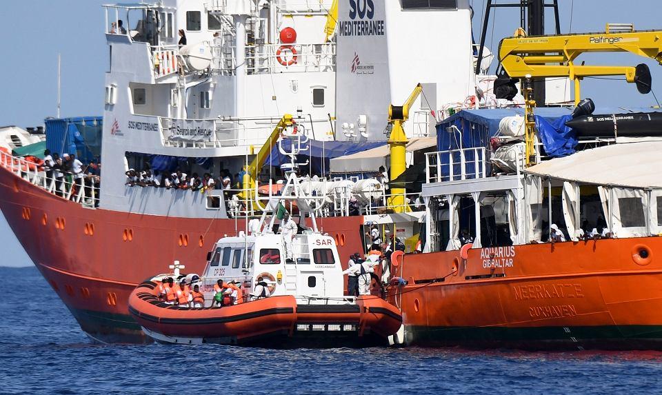 Transportowanie migrantów ze statku 'Aquarius' do portu w Walencji.