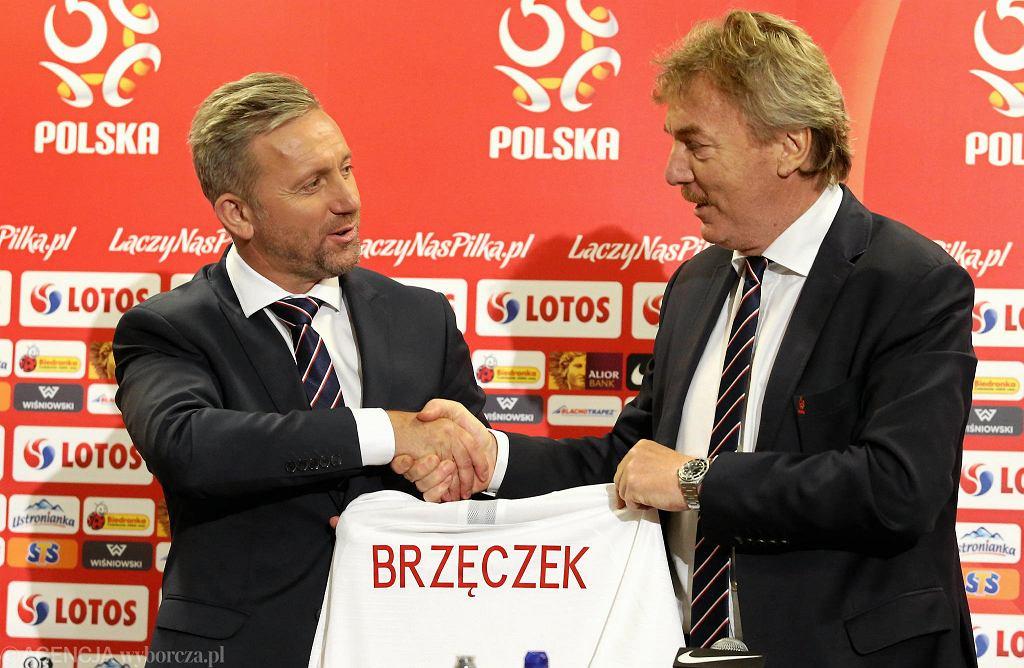 Jerzy Brzęczek w dniu nominacji na trenera reprezentacji. Koszulkę wręcza Zbigniew Boniek
