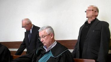 Po lewej stojący Janusz K. i jego obrońca Jarosław Kosowski. Po prawej Andrzej K. i mecenas Zbigniew Kopytek.