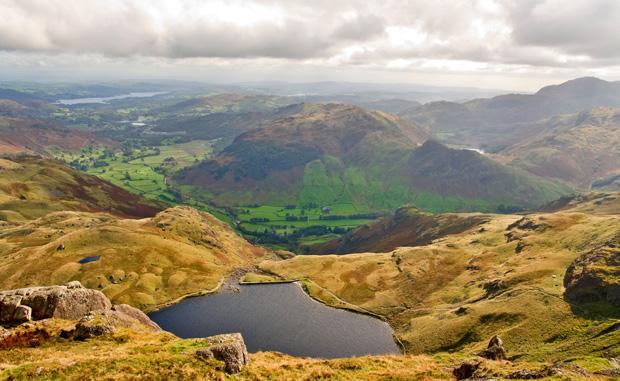 mój pierwszy raz, bieganie, Mój pierwszy raz: bieganie w angielskich górach. Lekki, chłodny wiatr, soczysta trawa pod stopami. Gdzieniegdzie błyszczały jeziorka.
