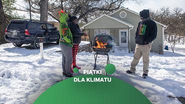 Atak zimy w Teksasie. Mieszkańcy ogrzewają się przy grillu