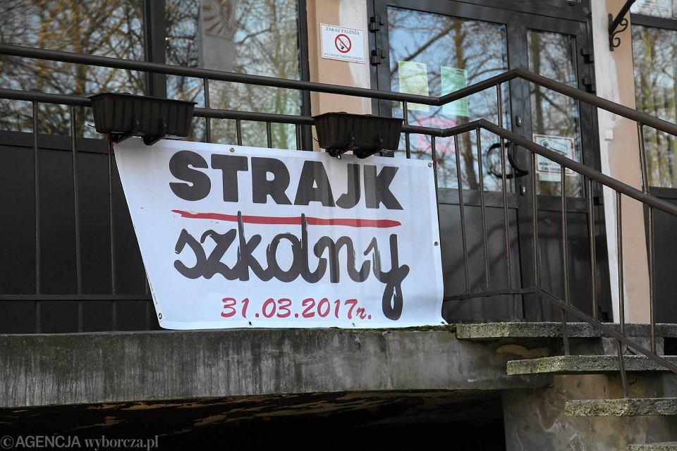 Strajk nauczycieli w gimnazjum nr 19 przy ulicy Dembowskiego (zdjęcie archiwalne)