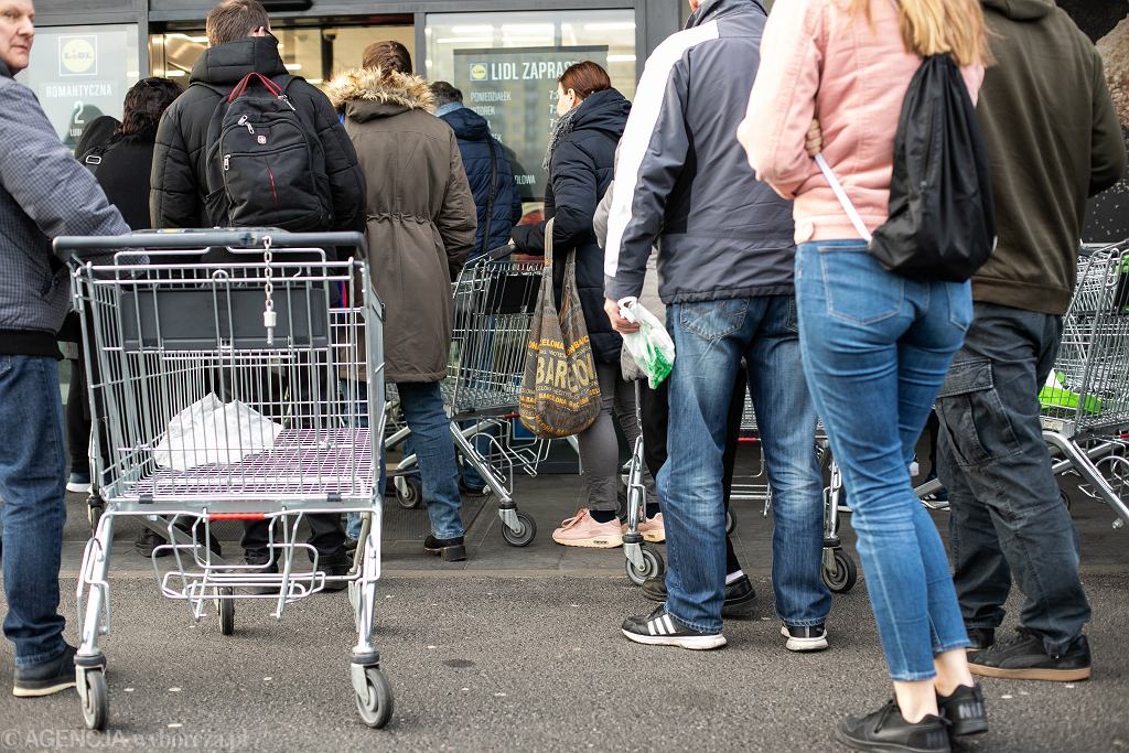 Koronawirus w Polsce. Klienci w godzinie otwarcia sklepu. Lublin, 12 marca 2020