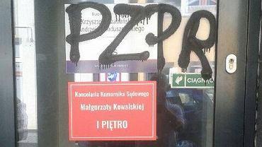 Napis 'PZPR' na wejściu do biura posła Czabańskiego i senatora Mioduszewskiego