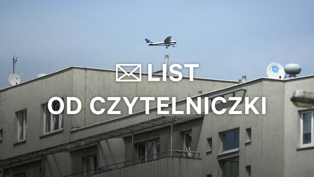 Samoloty latają nad blokami