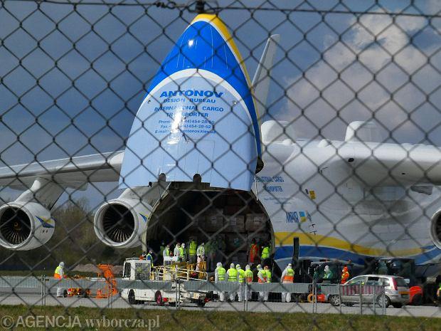 Pandemia koronawirusa. Największy na świecie transportowy samolot Antonow An-225 Mrija z ładunkiem masek, kombinezonów, płynów odkażających etc. ląduje na Okęciu w Warszawie, 14 kwietnia 2020