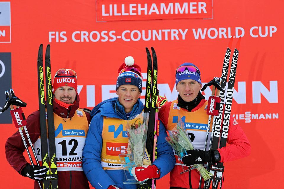 Johannes Klaebo (w środku) i Siergiej Ustiugow (z prawej) na podium Pucharu Świata w Lillehammer