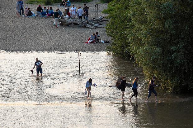 Zalana plaża nad Wisłą przy moście Poniatowskiego w Warszawie