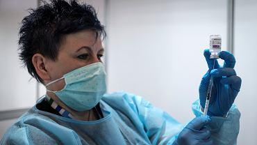 Szczepionka na koronawirusa. Szczepienie preparatem firmy AstraZeneca.