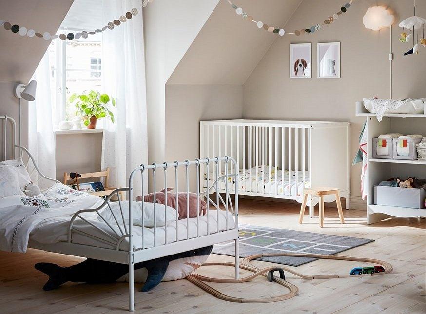 Jasna sypialnia na poddaszu dla rodziców i dziecka