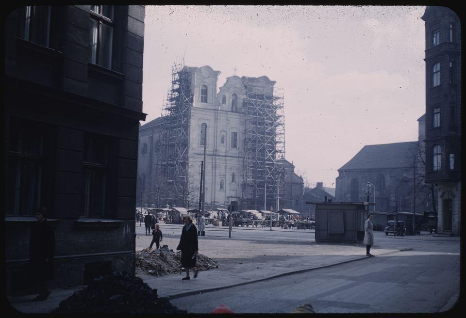 Poznań w 1959 roku. Plac Bernardyński - widok z wylotu ul. Za Bramką. Widoczne targowisko i odbudowywany kościół św. Franciszka Serafickiego
