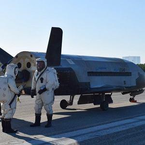 X-37B po wylądowaniu. Skafandry są konieczne do czasu wypompowania z układu napędowego toksycznych chemikaliów