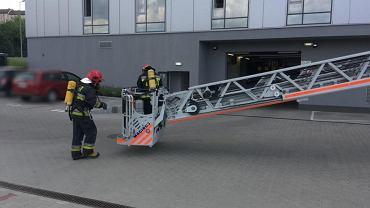 Bielscy mundurowi sprawdzili infrastrukturę przeciwpożarową, a także przeszkolenie swoich pracowników. W komendzie przy ulicy Wapiennej odbyły się ćwiczenia przeciwpożarowe. Ewakuowany został cały budynek, a na miejscu zameldowały się dwa zastępy straży pożarnej. Na potrzeby ćwiczeń w kilku biurach odcięte zostały drogi ewakuacji, więc konieczne było użycie specjalistycznego wysięgnika i wyciąganie osób przez okno. Jak podają mundurowi, ewakuacja przebiegła 'na piątkę'.