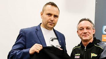 Dr Karol Nawrocki (z lewej) i trener Lechii Piotr Nowak z koszulką z podobizną Majora Szendzielarza