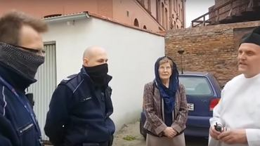 Interwencja policjantów u ks. Michała Woźnickiego (screen z YouTube/AMB)