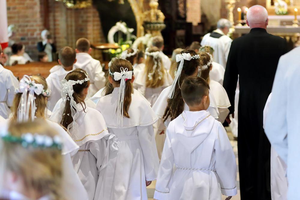 Pierwsza Komunia Święta: rodzice po rozwodzie a przygotowania do sakramentu. Zdjęcie ilustracyjne