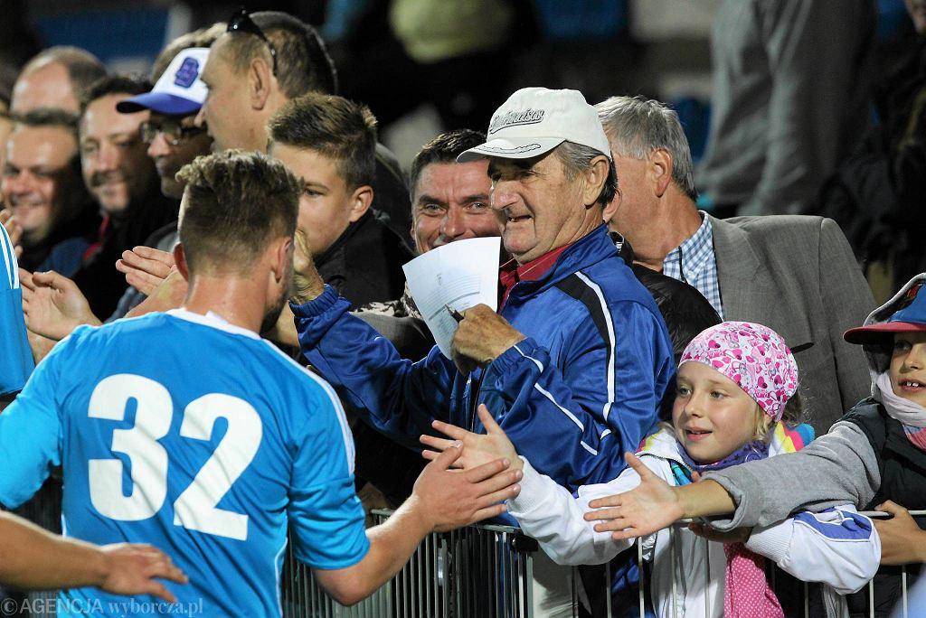 Piłkarze Kotwicy Kołobrzeg czekają z kibicami na decyzję PZPN