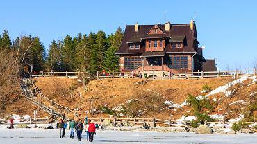 Turyści spacerują po tafli Morskiego Oka