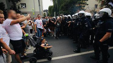Lecą petardy, a w pierwszym rzędzie kontrmanifestacji mężczyzna z dzieckiem. Policja zatrzymała 37-latka