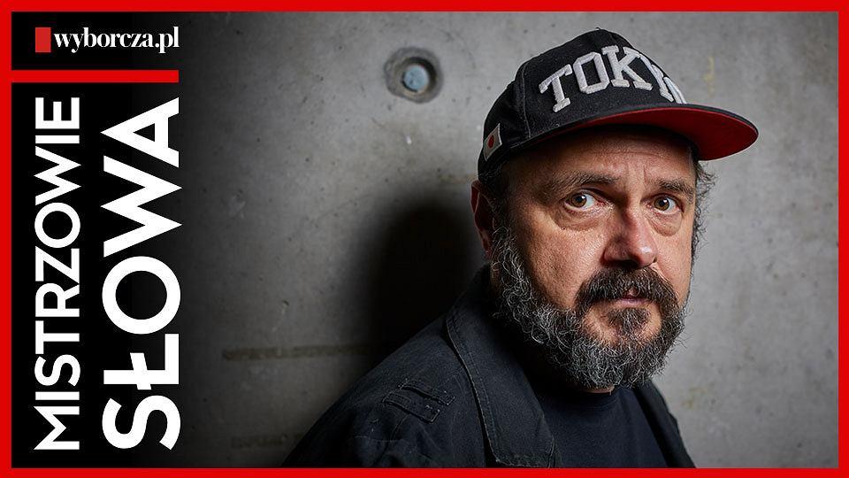 Arkadiusz Jakubik w dwunastym odcinku podcastu 'Mistrzowie Słowa' czyta reportaż Macieja Jarkowca 'Sami w motelu na pustkowiu'