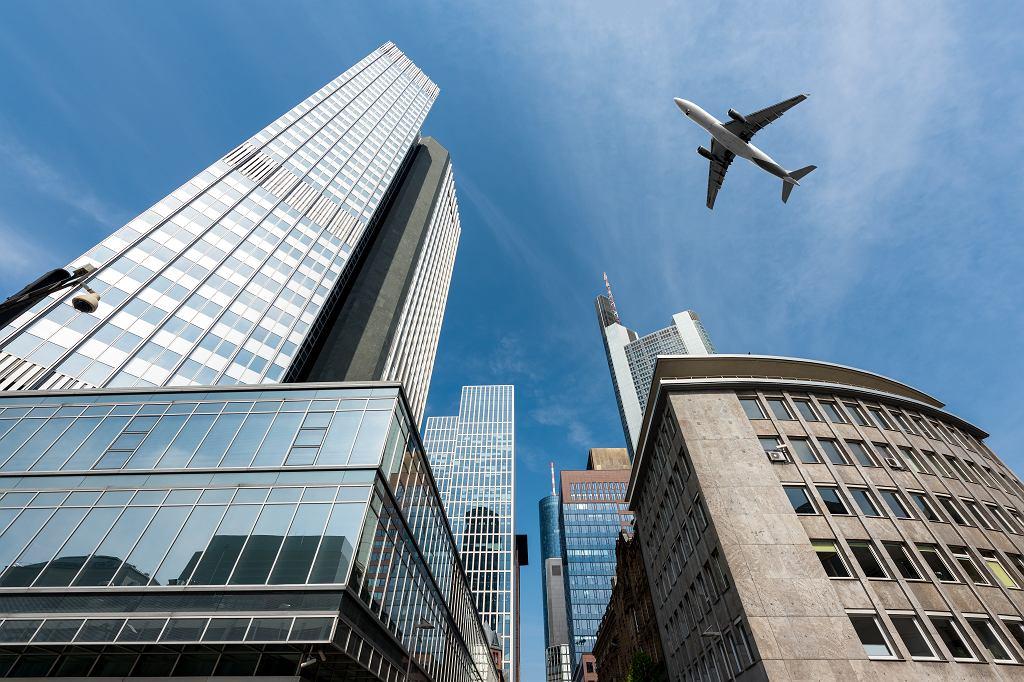 Frankfurt, samolot nad wieżowcami