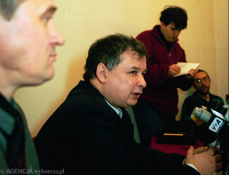Lider Porozumienia Centrum na konferencji w 1995 r. w Sejmie